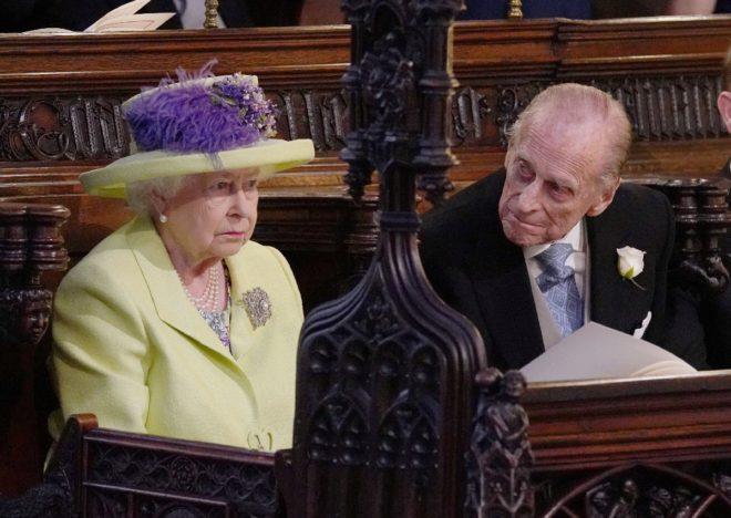 Kraliçe Elizabeth ve Prens Philip şapeldeki töreni beklerken.