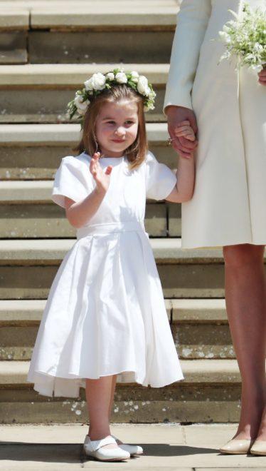 Prenses Charlotte tören sonrası gelin ve damadı uğurlarken.