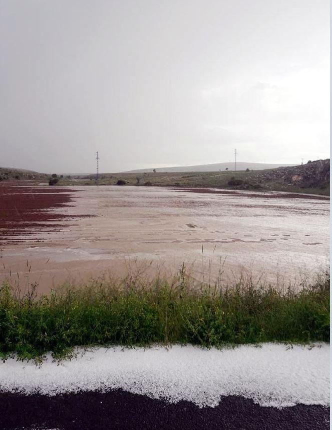Nevşehir'de sağanağın sele dönüşmesi ve dolu yağışı nedeniyleekili alanlar zarar gördü.