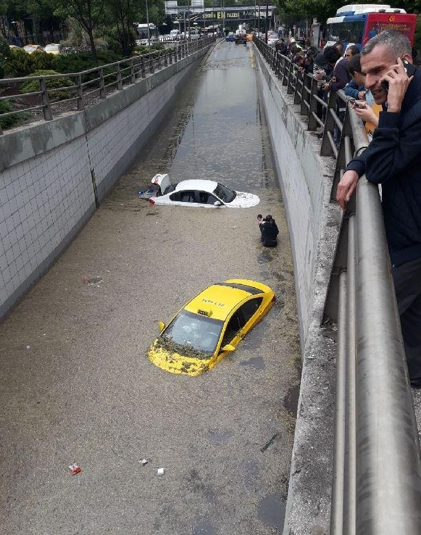 Ankara'da etkili olan dolu ve aşırı yağış sel ve mahsur kalmalara neden oldu. Al geçit ve tünellerde su birikti. Atatürk Bulvarı üzerindeki Bakanlıklar alt geçidinde araçlar su içindekaldı.