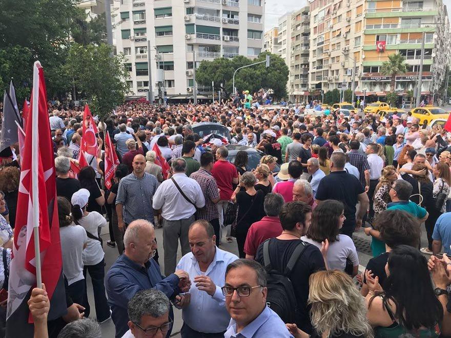 Atatürk Lisesi müdürünün İzmir Marşı yasaklamasına karşı binlerce İzmirli müdürü protesto etti.