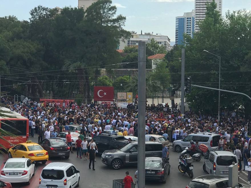 Atatürk Lisesi müdürünün İzmir Marşı yasaklamasına karşı binlerce İzmirli müdürü protesto etti. FOTO: SÖZCÜ