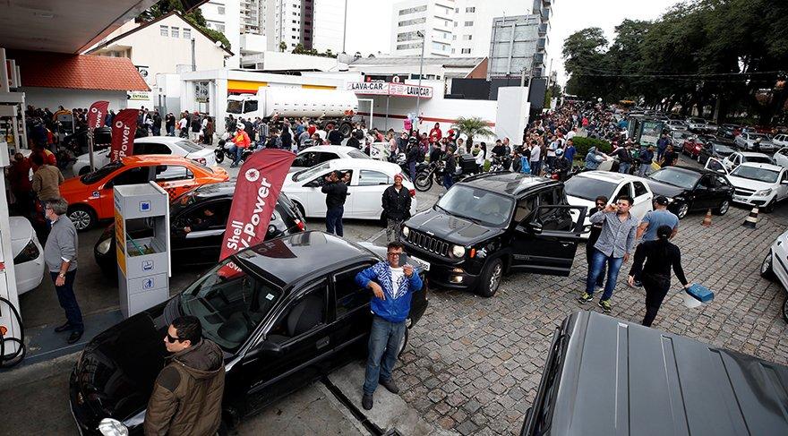 Vatandaş benzin kuyruğunda/Reuters