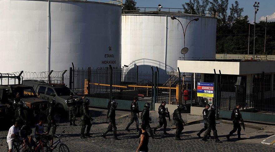 Polis akaryakıt depolarının başında nöbet tutuyor/Reuters