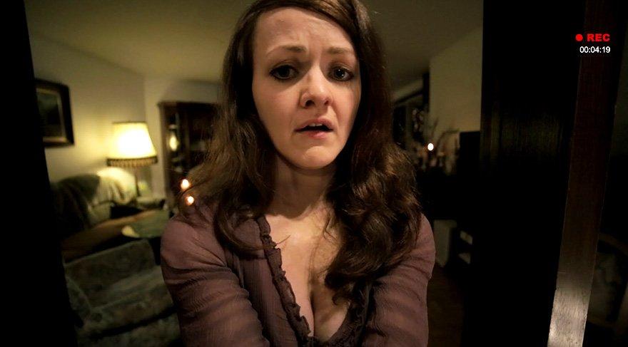 Julia'nın gelişinin ardından evinde tuhaf olayların yaşanmaya başlaması, Hannah'yı daha da şüpheye düşürür ve internette araştırma yapmaya iter.