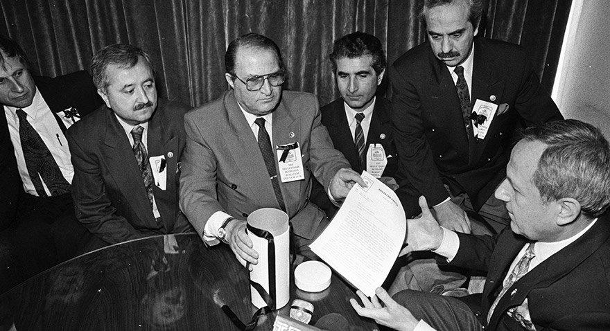 ANAP lideri Mesut Yılmaz'ın TRT genel müdürü Kerim Aydın'a yazdığı, siyah kurdeleli uyarı mektubu, parti MKYK salonundan insan zinciri aracılığıyla TRT'ye ulaştırıldı... Mektubu genel müdür yardımcısı Nevzat Avcı teslim aldı. Yıl: 1993 Fotoğraf: Depo Photos