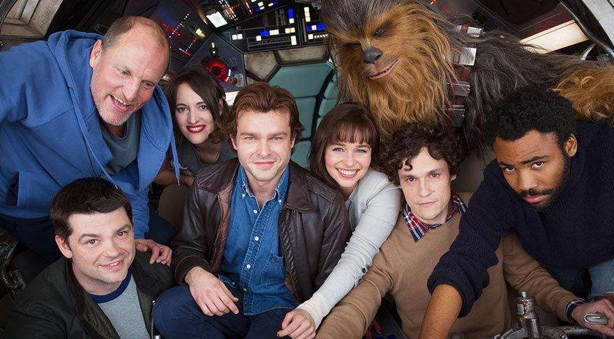 dünyanın en iyisi olmaya karar veren genç Han Solo, kaçakçılık için toplanan bir ekibin üyesi oluyor ve hayat boyu yanında olacak olan yardımcı pilotu Chewbacca ile güçlerini birleştiriyor.