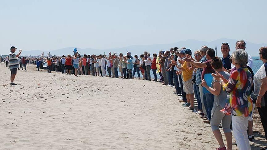 Plajda çevre eylemi! Denize kalkan oldular