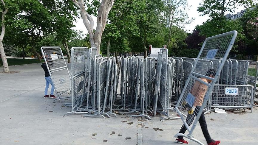 Gezi Parkı'nın etrafı polis bariyerleriyle çevriliyor