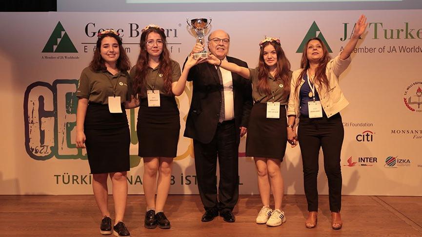 Çevre dostu makine üreten İzmirli gençler 'Yılın Girişimcisi'seçildi