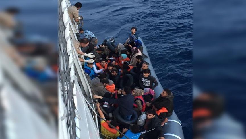 İzmir'de 103 Suriyeli bir botta yakalandı