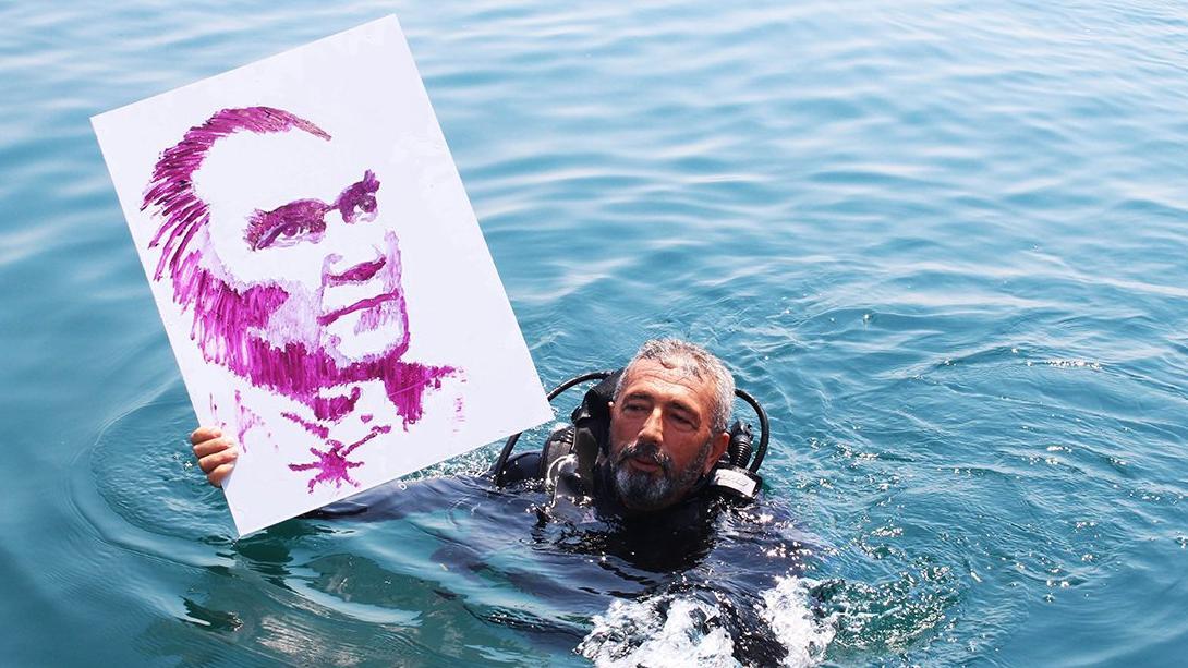 Atatürk portresini denizin altında çizdi!