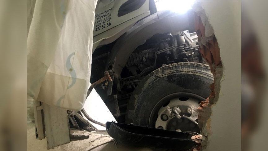 Kağıthane'de facianın eşiğinde dönüldü; Kayan beton mikseri eve girdi