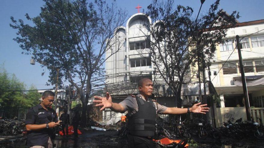 Endonezya'da 3 kiliseye bombalı saldırı: Çok sayıda ölü var