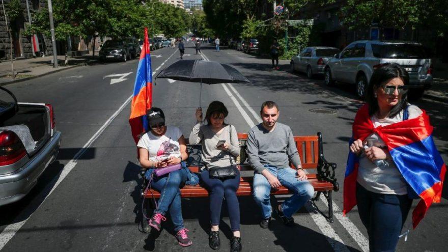 Ermenistan'da tansiyon düşmüyor… Göstericiler yolları kapattı