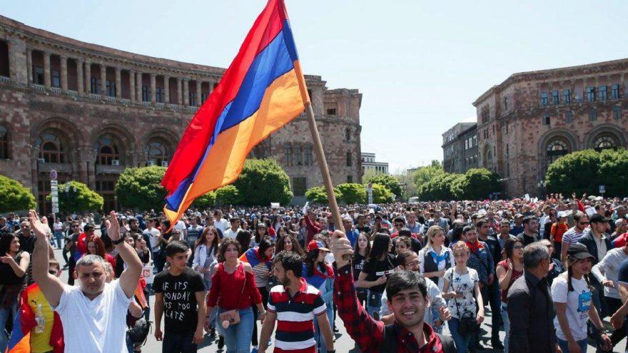 Ermenistan'da sular durulmuyor… Erivan'da yollar kapandı