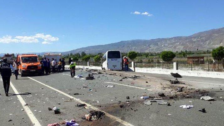 Halk otobüsü ile otomobil çarpıştı: İki kişi öldü