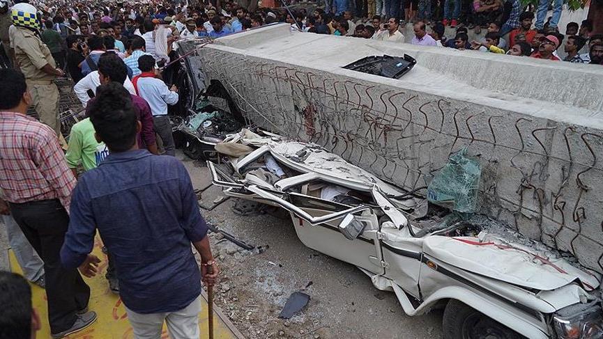 Hindistan'da üst geçit çöktü: Çok sayıda ölü var