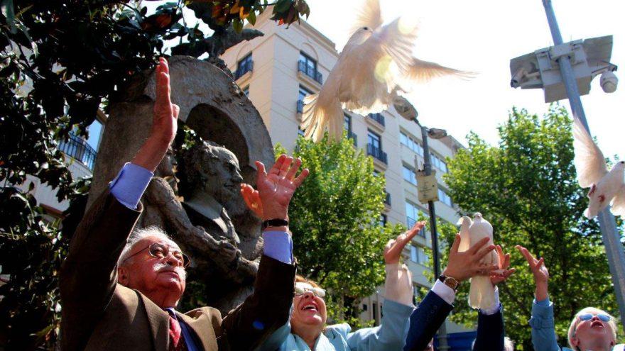 Abdi İpekçi anıtı önünde beyaz güvercinler uçurdular