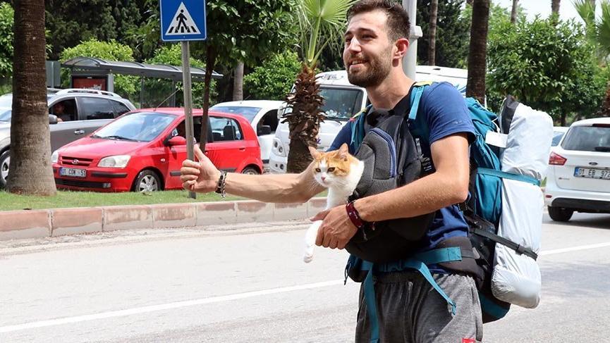 Göğsündeki kedisiyle otostop çekip Türkiye'yi dolaşıyor