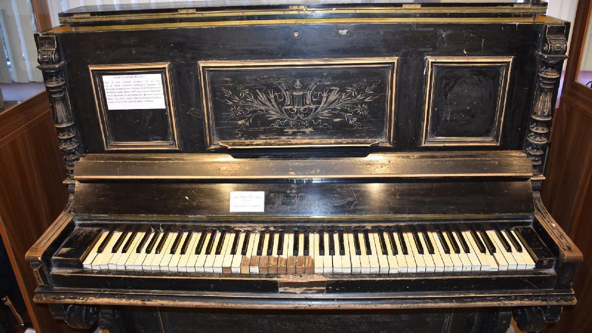 350 yıllık piyano ziyaretçilerini cezbediyor
