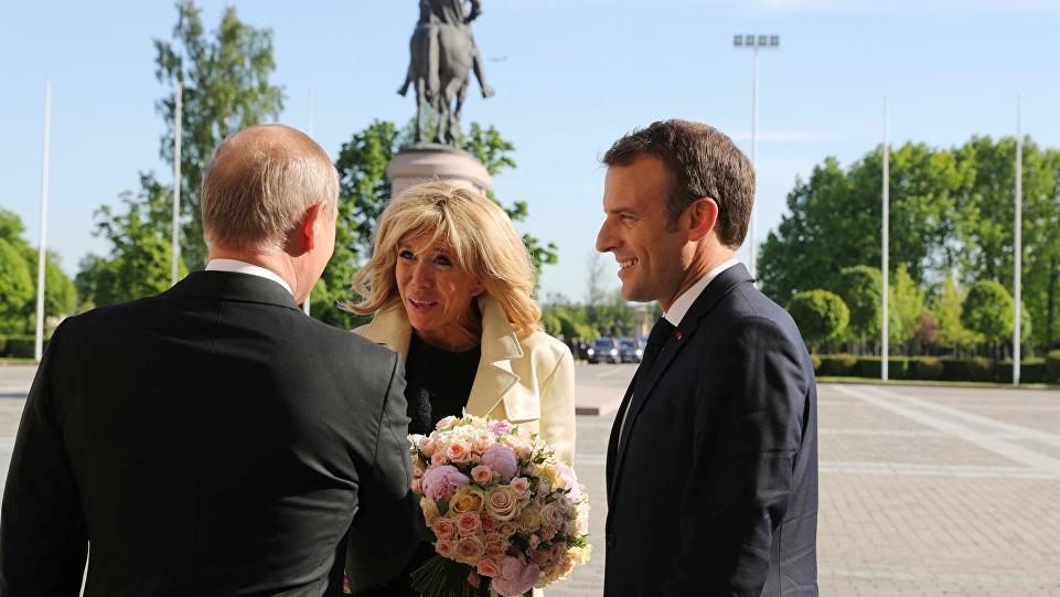 Eleştirilere kulak asmadı yine yaptı... Merkel'den sonra Macron'a da...