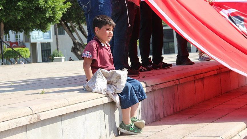 Sırtındaki çuvalla 1 Mayıs kutlamalarını izleyen kağıt toplayıcısı küçük çocuk ekonomik gerçeklikleri ortaya koydu
