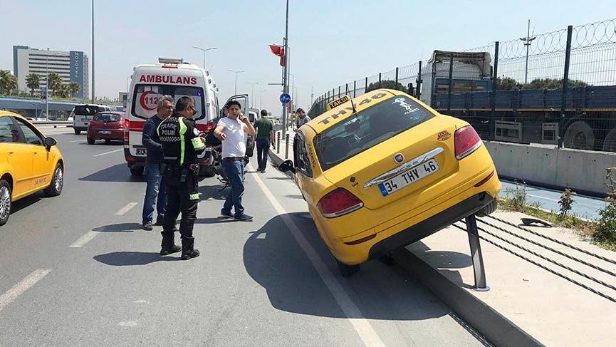 Direksiyon başında uyuşturucu kullanan taksi sürücüsü trafiği birbirine kattı