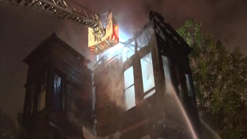 Fatih'te 2 katlı bina alev alev yandı!