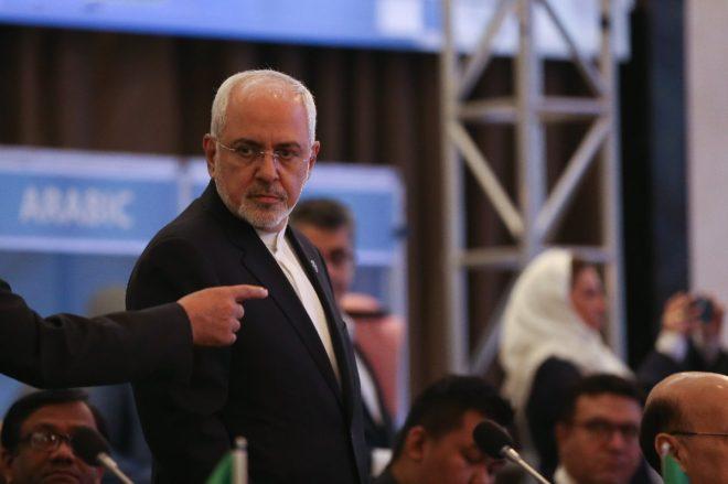 İran Dışişleri Bakanı Cevad Zarif salona geldi.