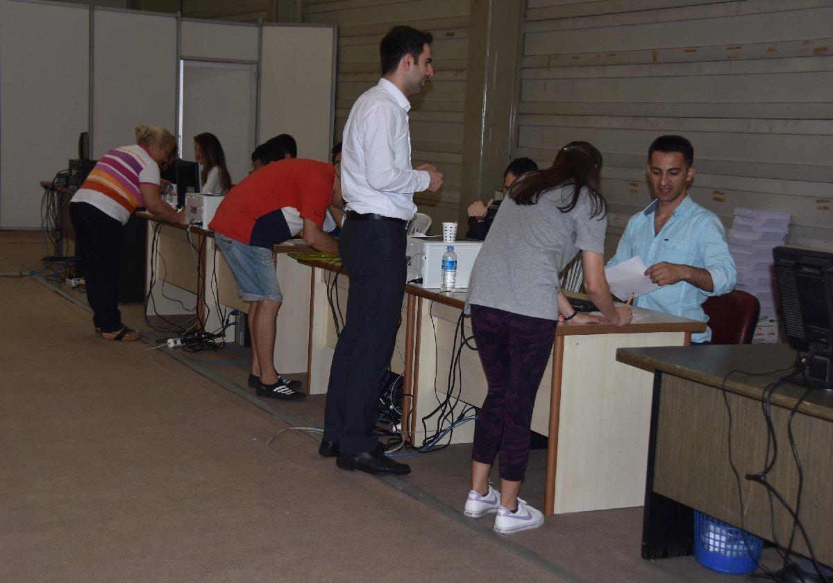 İzmir'de vatandaşlar, destekledikleri adayların Cumhurbaşkanlığı yarışına katılabilmesi, imzalarını vermeye başladı.