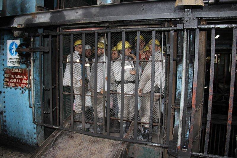 Foto: DHA / Binlerce işçi kelle koltukta maden ocaklarına böyle iniyor...