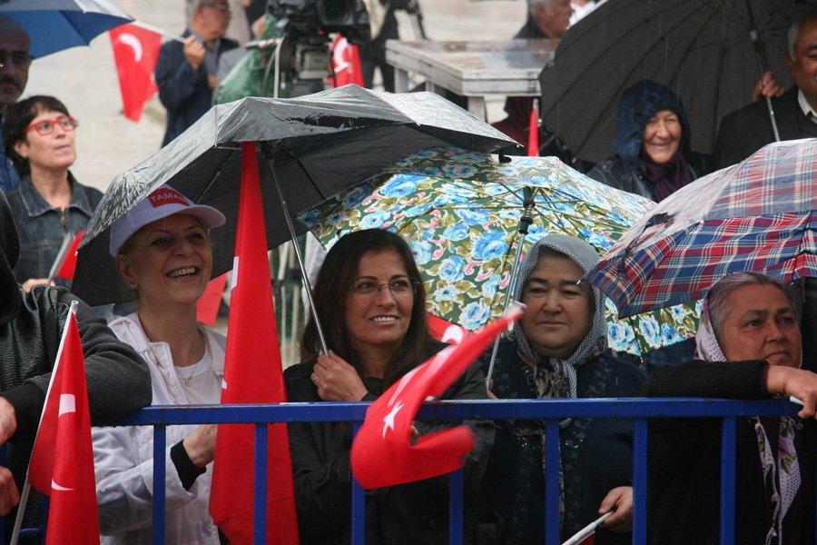 FOTO:İHA - Muharrem İnce'yi Bozkurt'ta yağmura rağmen binlerce vatandaş dinledi.