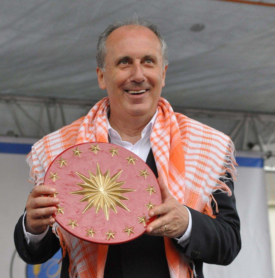 FOTO:DHA - Bozkurt'taki mitingte İnce'ye Cumhurbaşkanlığı Forsu hediye edildi.
