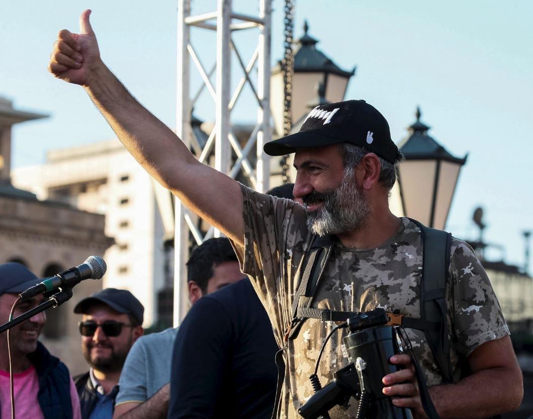 Muhalefet lideri Paşinyan, gösterilere ara verilmesini istedi.