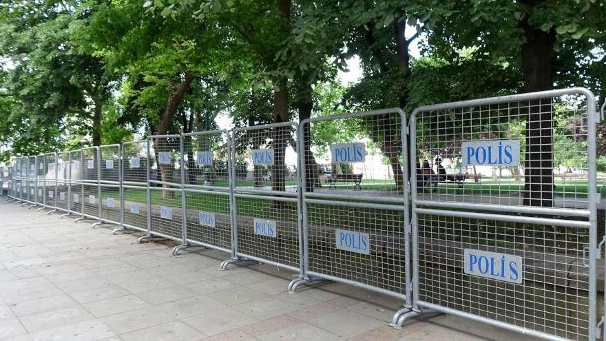 polis-bariyer-gazi-parki-9