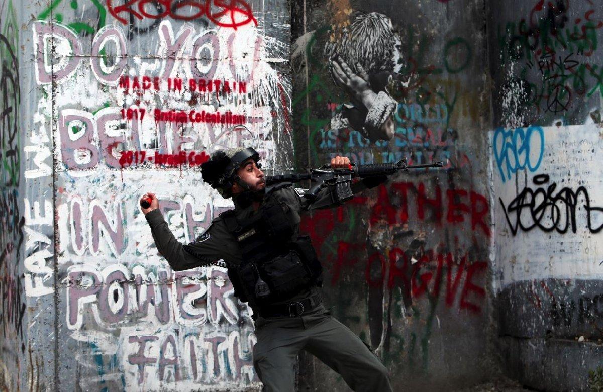 Reuters haber ajansı, bir İsrail askerinin Bethlehem'de ses bombası atarken çekilmiş görüntülerini paylaştı.