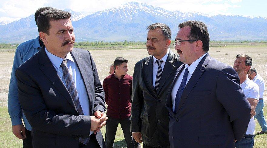 Erzincan'da, özel halk otobüs ile hafif ticari aracın çarpışması sonucu 2 kişi yaşamını yitirdi, biri ağır 11 kişi yaralandı. Erzincan Valisi Ali Arslantaş (solda), Üzümlü Kaymakamı Fatih Acar (sağda) ve Üzümlü Belediye Başkanı Ahmet Sazlı, olay yerine gelerek incelemelerde bulundu.