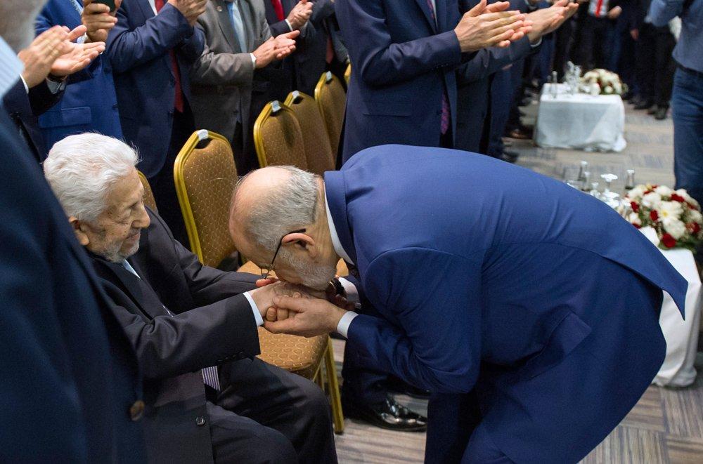 FOTO:İHA - Karamollaoğlu, Saadet Partisi'nin kurucu genel başkanı Recai Kutan'ın elini böyle öptü.