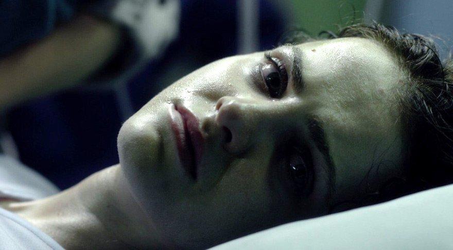 Annesi ile birlikte yaşamaya başlayan Chloe bebeğinin aralıksız ağlaması, artan suçluluk duygusu ile depresyona girer.