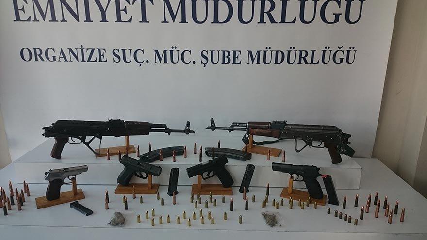 FOTO:SÖZCÜ/ Polis iki gruba yönelik düzenlediği operasyonlarda çok sayıda silah ele geçirdi.