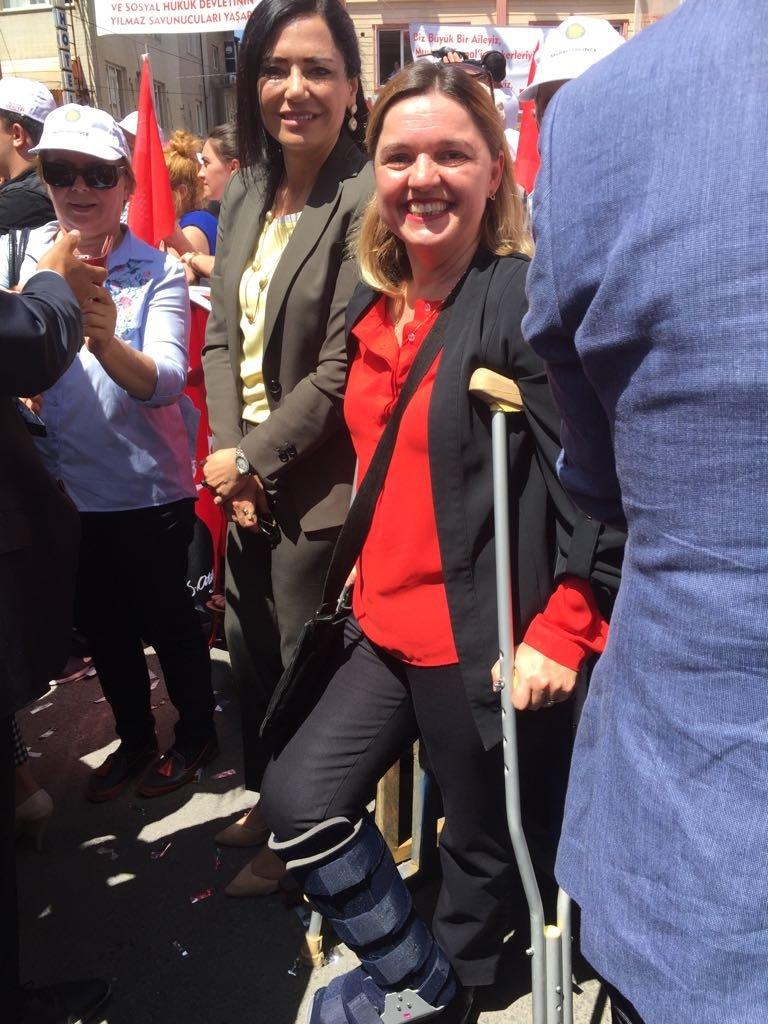 FOTO:SÖZCÜ - Mitinge ocak ayında geçirdiği kaza sonucu ayağını kırılan CHP'li Selin Sayek Böke koltuk değnekleri ile katıldı.