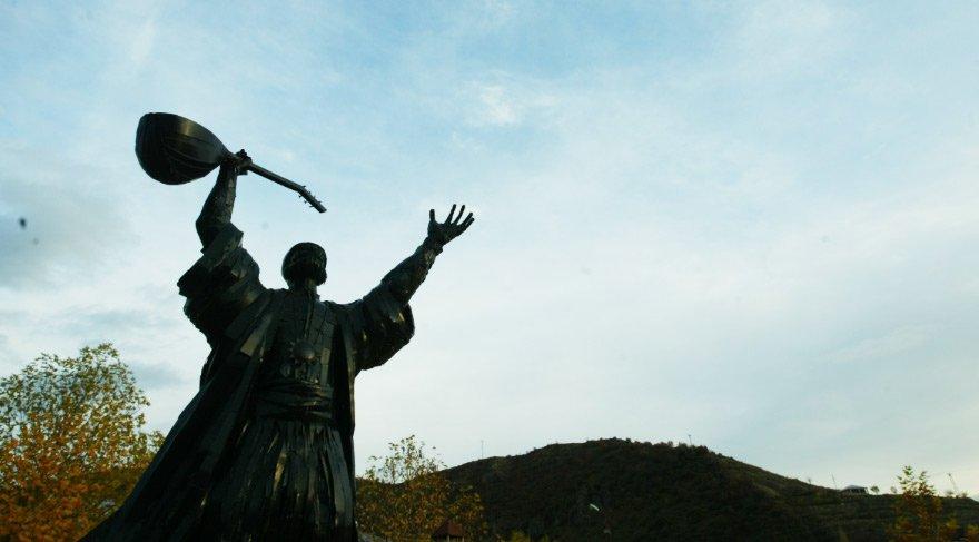 Tunceli'deki Pir Sultan Abdal Heykeli...