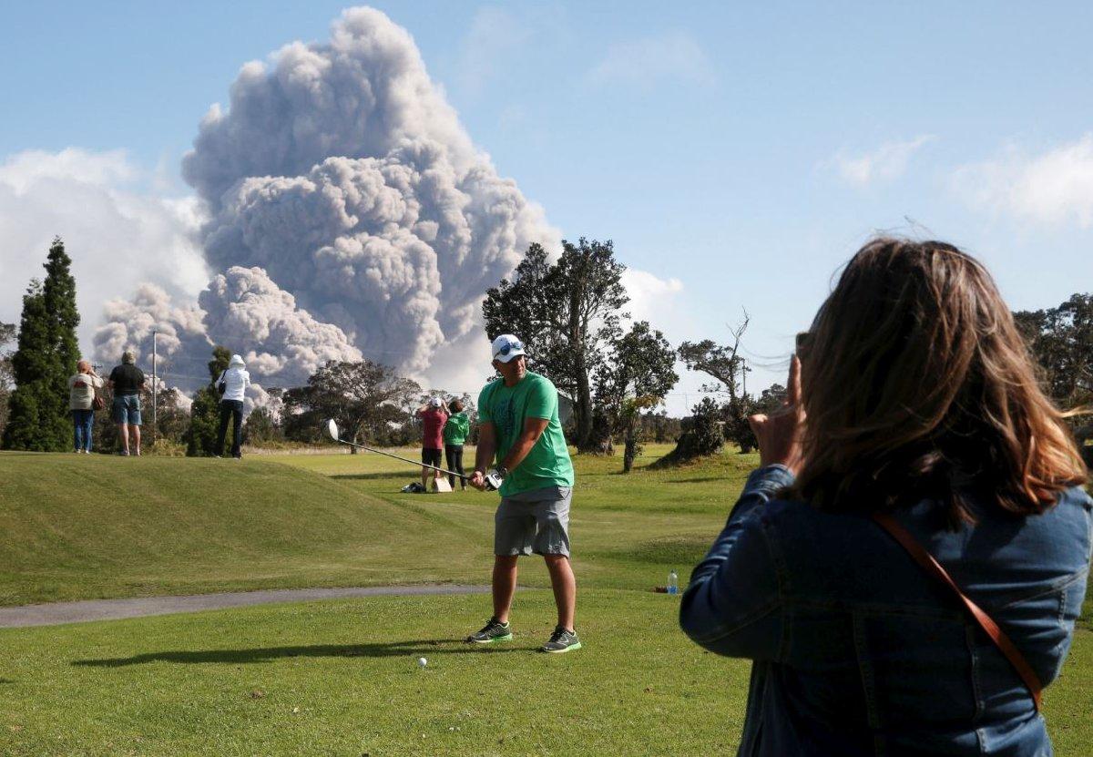 Lav ve dumanı fırsat bilen turistler gold oynarken özel olarak poz vermeye bunu sosyal medyada paylaşmaya başladılar.