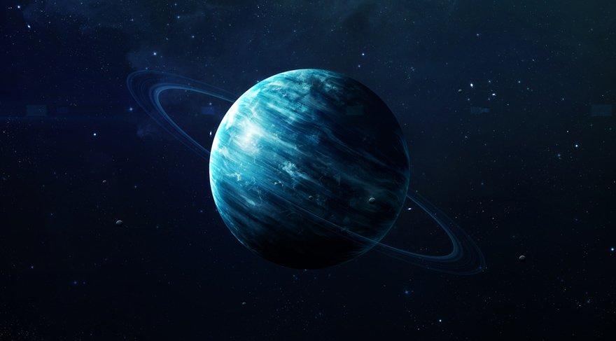 William Herschel isimli bir gök bilimci -kendisi aslında babam olmakta- 1781 yılında rutin gökyüzü araştırmaları yaptığı sırada İkizler takım yıldızını incelerken gözü gezegeni andıran ama şekli şemaili gezegene pek benzemeyen bir gök cismine takıldı. Önceleri gök cismini gezegenle ilişkilendiremediğinden dolayı kolayına kaçarak bana kuyruklu yıldız dedi, hem de benim gibi birine!