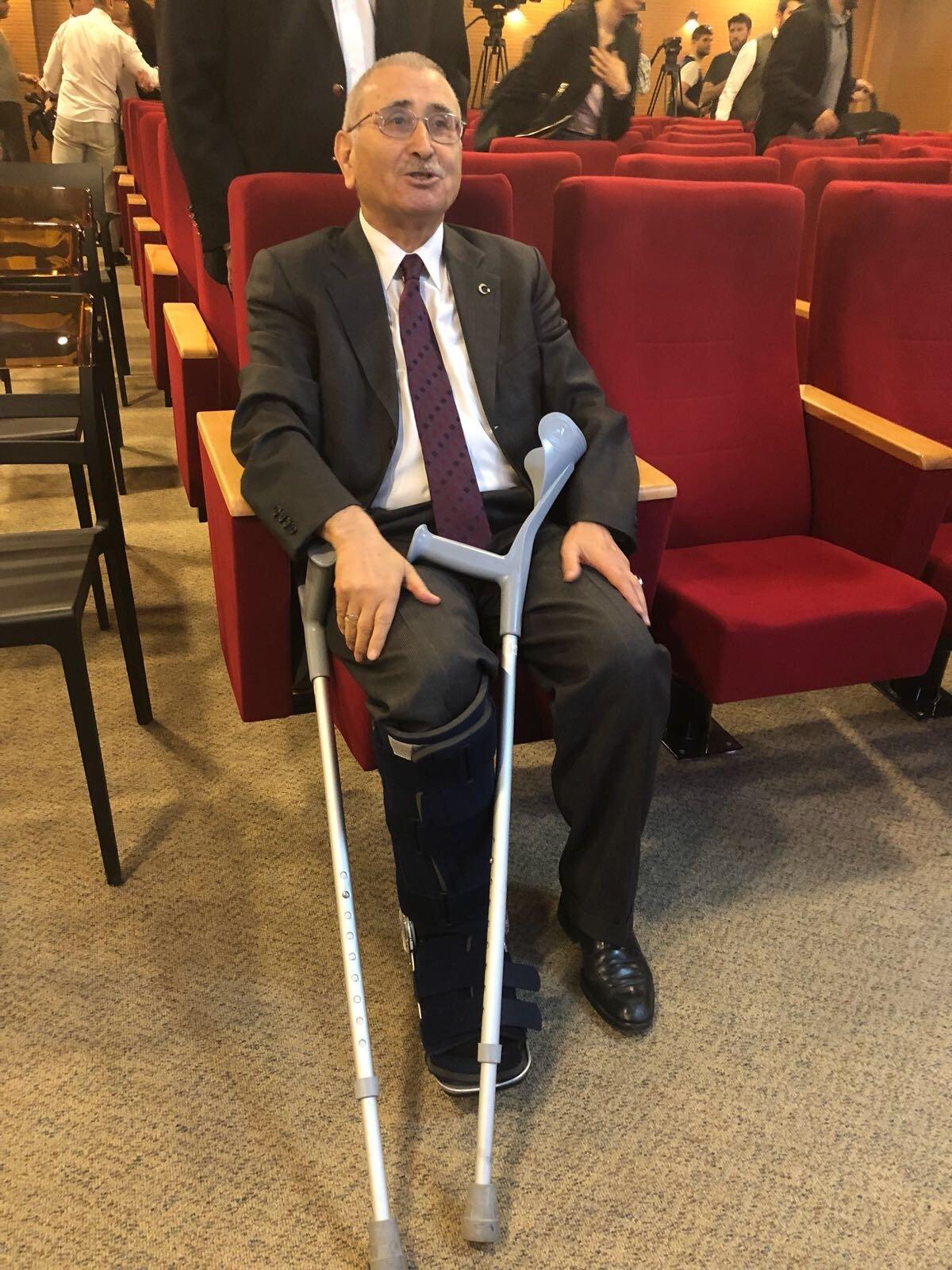 Merkez Bankası eski Başkanı İYİ Partili Durmuş Yılmaz'ın yürüyüş sırasında tendonu koptu. Yılmaz partiye koltuk değneği ile geldi...