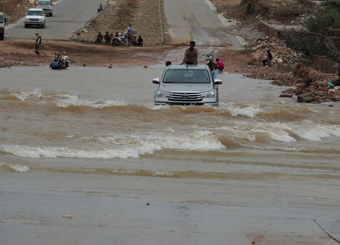 Terör saldırılarının arka arkaya yaşandığı Yemen'i doğal afet vurdu. Sel felaketinde çok sayıda insan öldü.