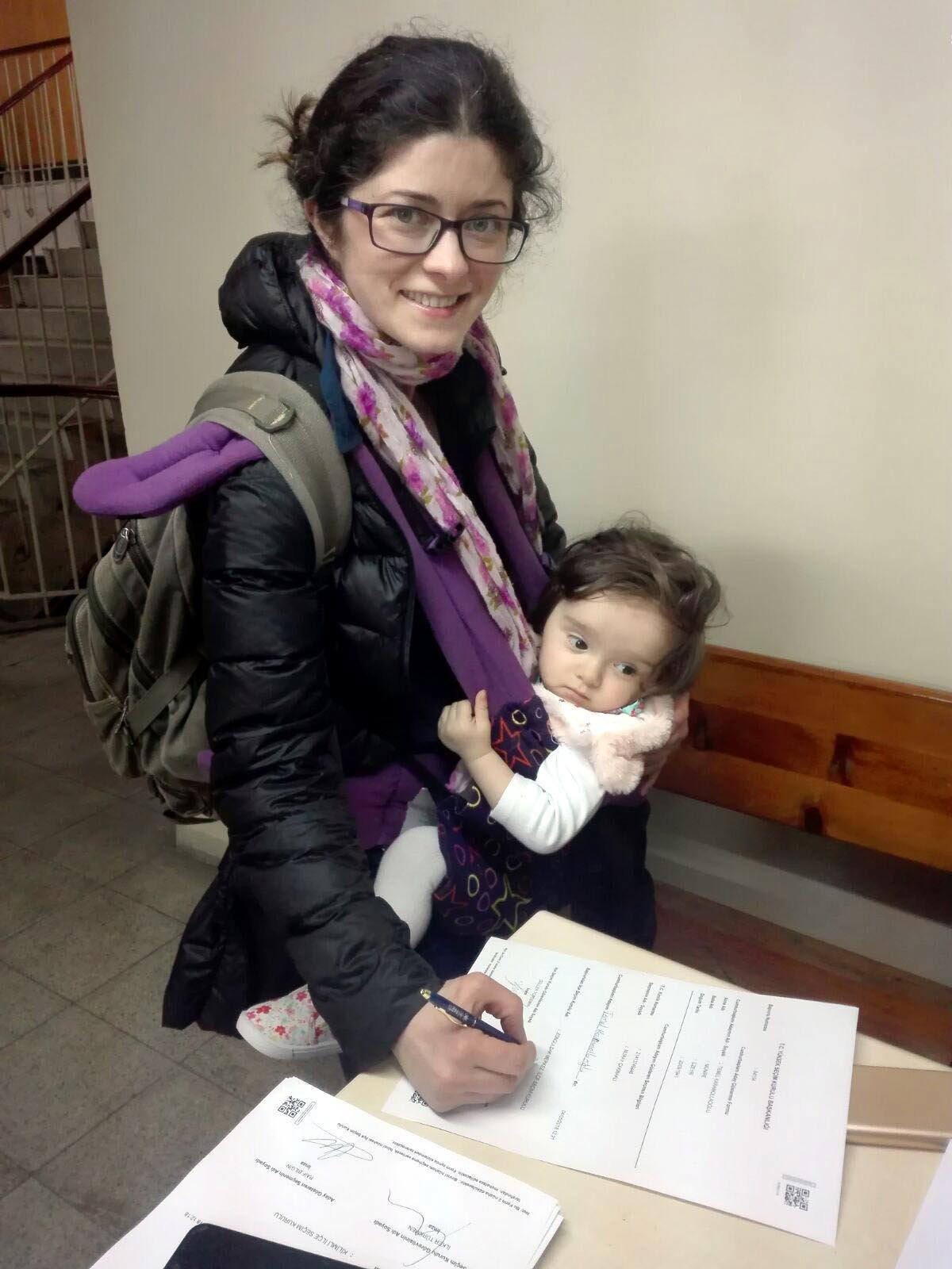 Zonguldak'ta, adliyede seçim kurullarınca oluşturulan başvuru noktalarına giden seçmenler, cumhurbaşkanı adayları için imza verdi. Bir anne, kucağındaki çocukla imza vermeye geldi.