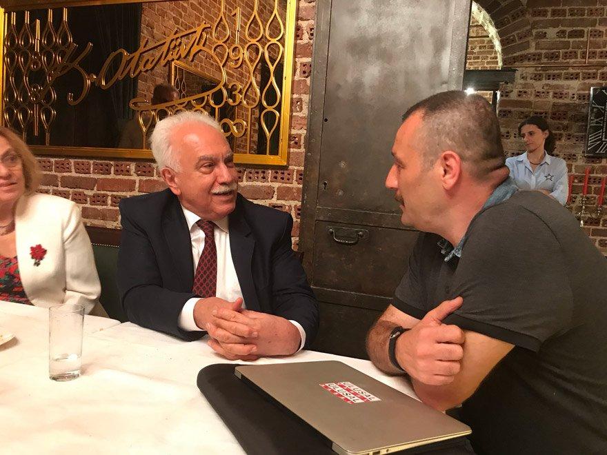 DOĞU PERİNÇEK, BİR GRUP GAZETECİYLE BİR ARAYA GELDİ Cumhurbaşkanı adayı Perinçek aralarında Ayşenur Arslan, Ardan Zentürk, Melih Altınok'un olduğu bir grup gazeteciyle bir araya geldi.