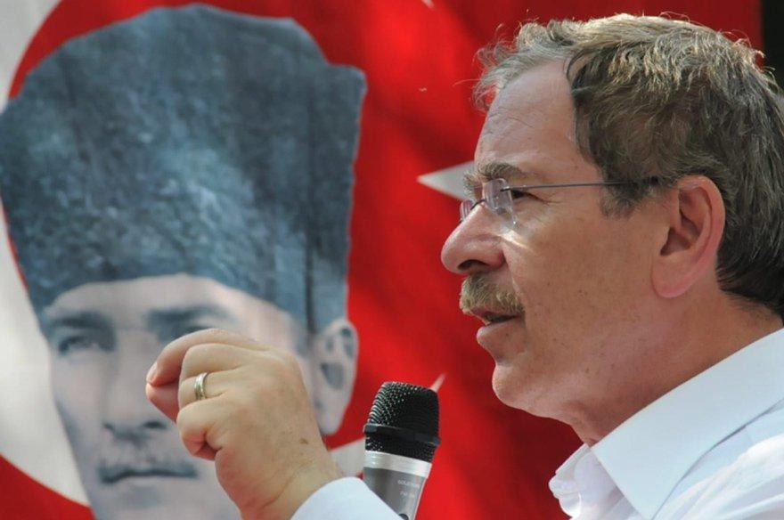"""KONYA'DA CHP'YE İLGİ BÜYÜK, HEDEF 4 MİLLETVEKİLİ 1977 seçimlerinde, Konya'da en fazla oyu yüzde 31'le CHP'nin aldığını hatırlatan Abdüllatif Şener, """"Seçimden sonra da sürekli çalışmak, insanlara bir alternatif olduğunu göstermek lazım. Bundan sonra Konya'da bunu yapacağız. CHP'ye karşı, bizlere karşı büyük bir ilgi var. Hedefimiz Konya'dan 4 milletvekili çıkarmak"""" dedi"""